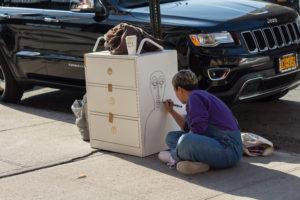 Rund eine Stunde nachdem Erenthal den Ladenschrank bemalt hat, hat er bereits ein neues Zuhause gefunden (c) Anna Goldenberg