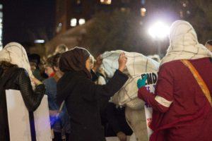 Teilnehmerinnen der Kundgebung am Washington Square Park binden sich ihre Schals wie Hijabs um — aus Solidarität (c) Anna Goldenberg