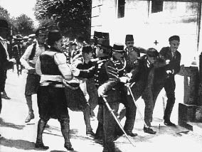 Gavrilo Princip bei seiner Festnahme nach dem Attentat, das den Ersten Weltkrieg auslöste (Foto: APA)
