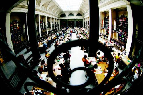Lernen mit Patina im großen Lesesaal des Hauptgebäudes (Foto: Heribert Corn)
