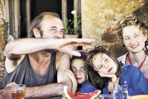 Landleben: Alba Rohrwacher alias Angelica mit Mann (Sam Louwyck) und Kindern (Foto: Filmladen)