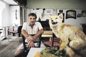 """Ein Klavier, ein Fuchs, ein Eisenerzer: Rudi in seinem temporären """"Café Grubenlicht"""" (Foto: J.J. Kucek)"""