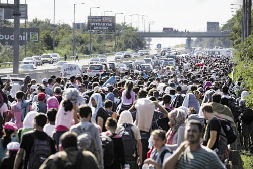Vom Budapester Bahnhof Keleti brechen die Flüchtlinge zu Fuß auf, nachdem die ungarischen Behörden sie nicht mit Zügen ausreisen ließen (Foto: Björn Kietzmann/AP/picturedesk.com)