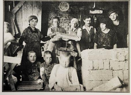 Schweiß und Tränen: Arbeiter und Arbeiterinnen im Ziegelwerk Hennersdorf. Die Aufnahme entstand nach dem Bau der Ringstraße im Jahr 1913 (Foto: Ziegelmuseum)